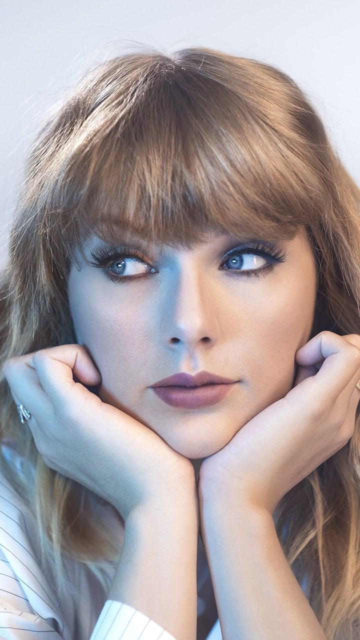 Fondos de pantalla Taylor Swift con las manos en el mentón Vertical