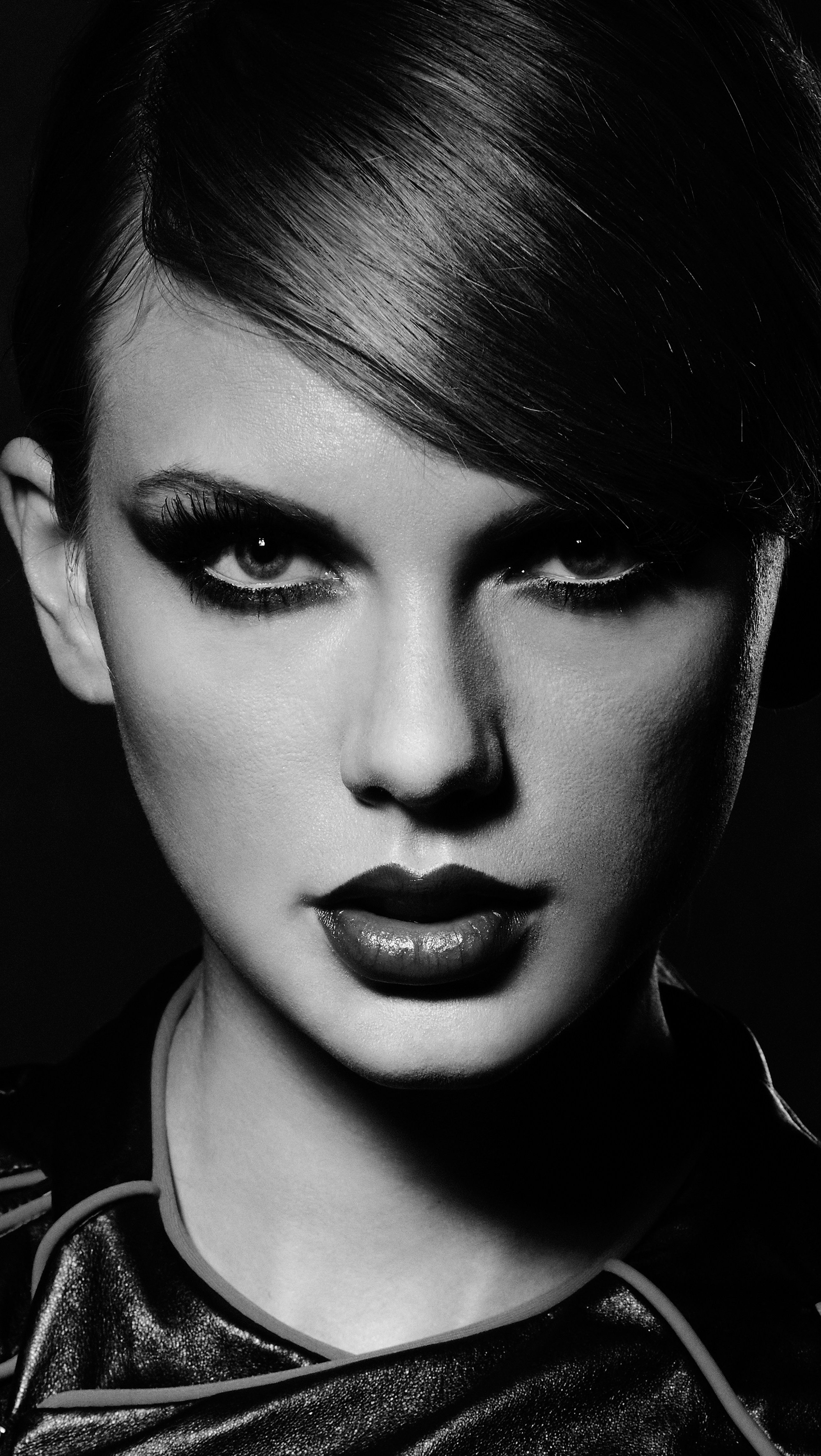 Wallpaper Taylor Swift in Grayscale Vertical