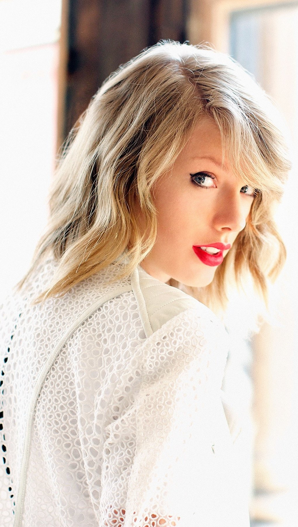 Wallpaper Taylor Swift in a room Vertical