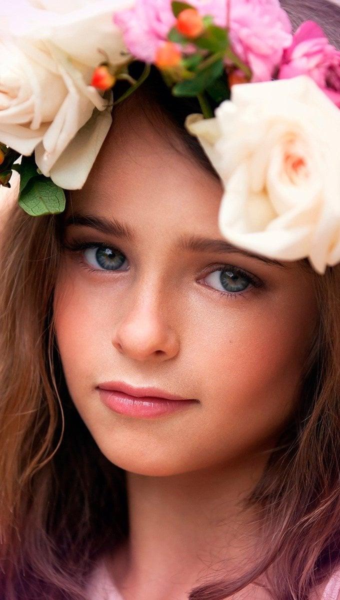 Fondos de pantalla Una niña con flores Vertical