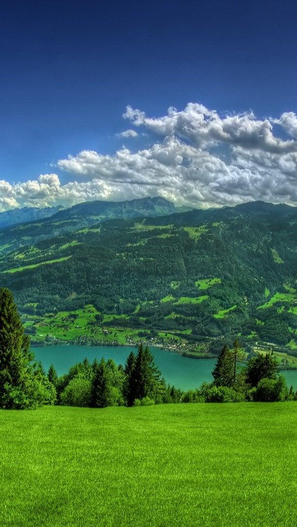 Fondos de pantalla Vista a montaña y a las nubes Vertical